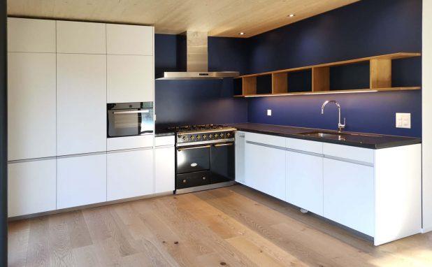 Küche mit Gasherd und Regal in Eiche aus dem Sensebezirk